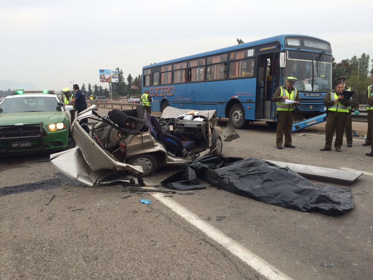 Conductor del auto Maruti murió instantáneamente en el lugar. Foto: Bomberos de Chicureo