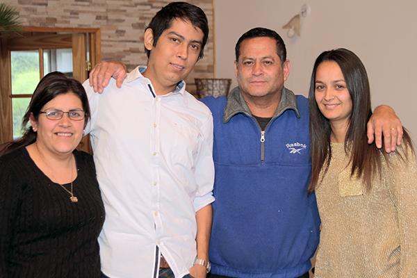 Gabriel junto a su familia. Izquierda a derecha: Mireya Chandía, Miguel Ilabel, Yesley Ilabel (falta hermana menor, Pía Ilabel).