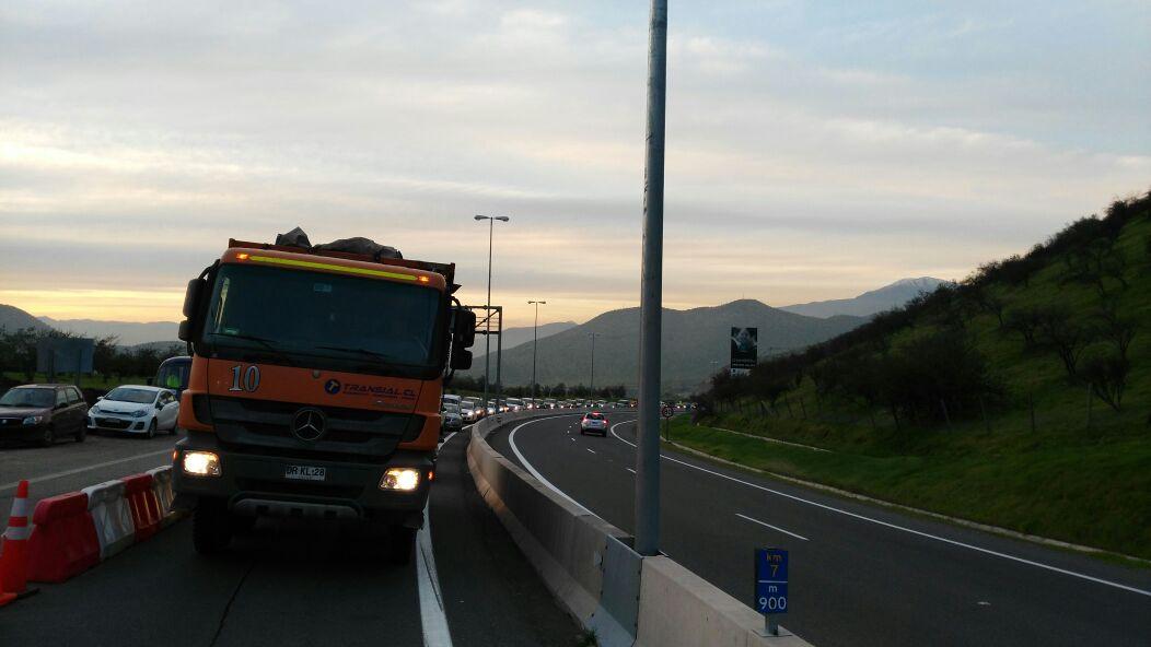Congestión vehicular en ambos sentidos de la autopista