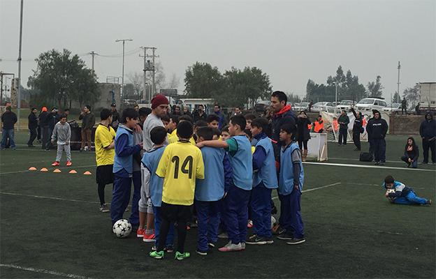 Mago Valdivia junto a los niños de Colina FOTO: Chicureo Hoy