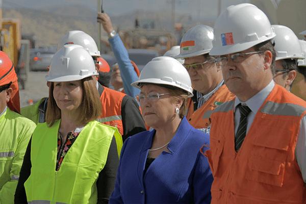 Presidenta Michelle Bachelet junto a la Gobernadora Provincial, Adela Bahamondes, y al ministro de Obras Públicas, Alberto Undurraga. FOTO: Chicureo Hoy