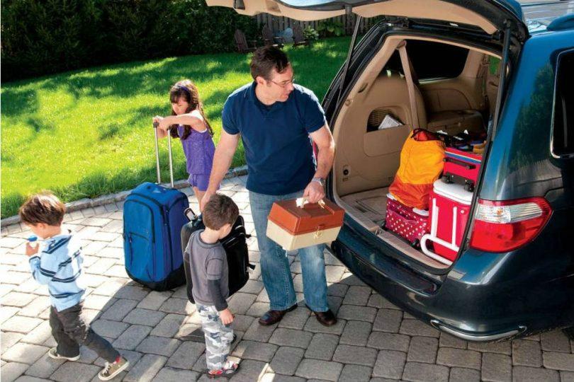 cargar con lo necesario e imprescindible en el maletero del vehiculo